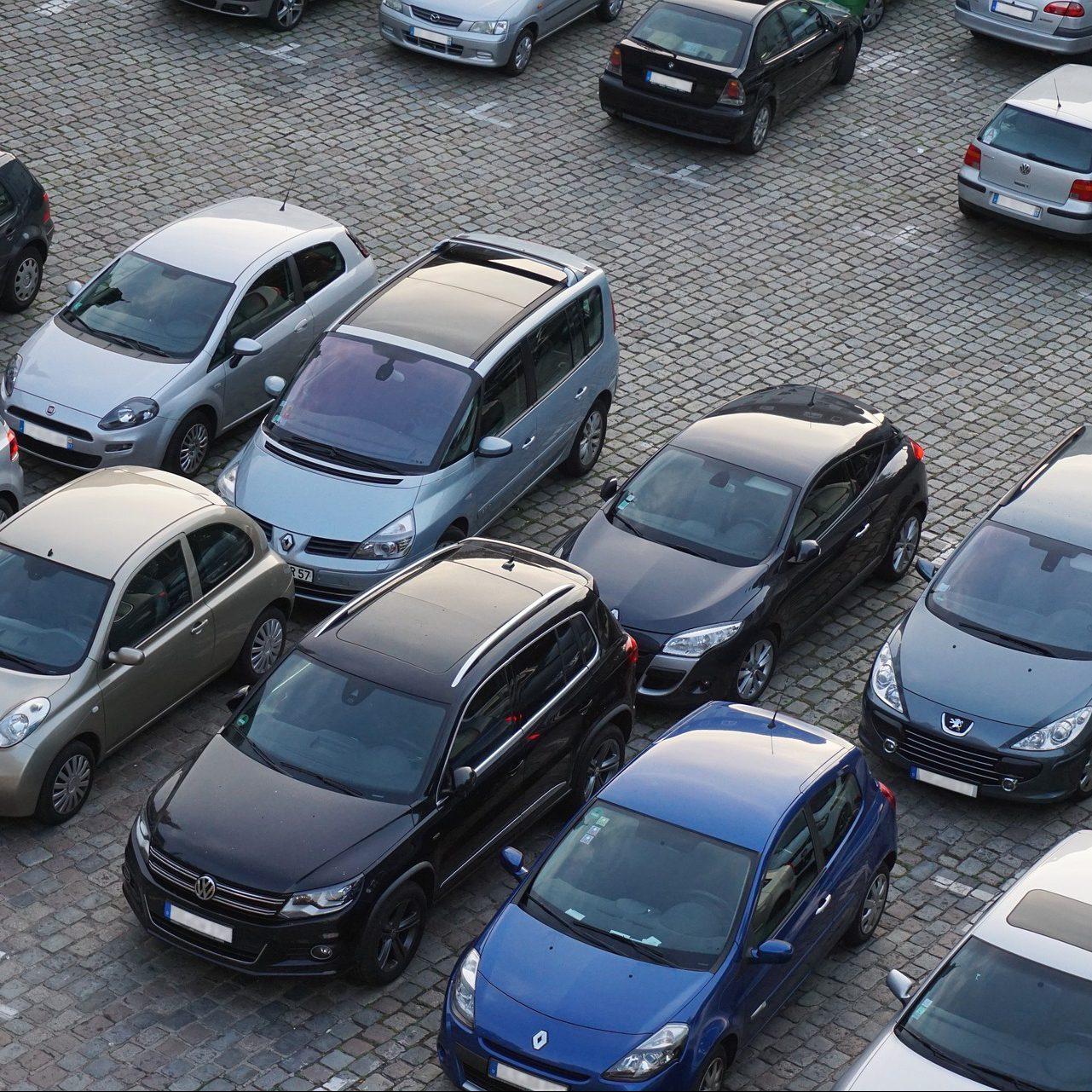 Parkplatzversteigerung via App: der Verkauf öffentlichen Parkraums durch Private