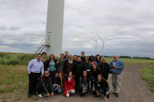 Experten und TeilnehmerInnen beim Besuch der Windfarm
