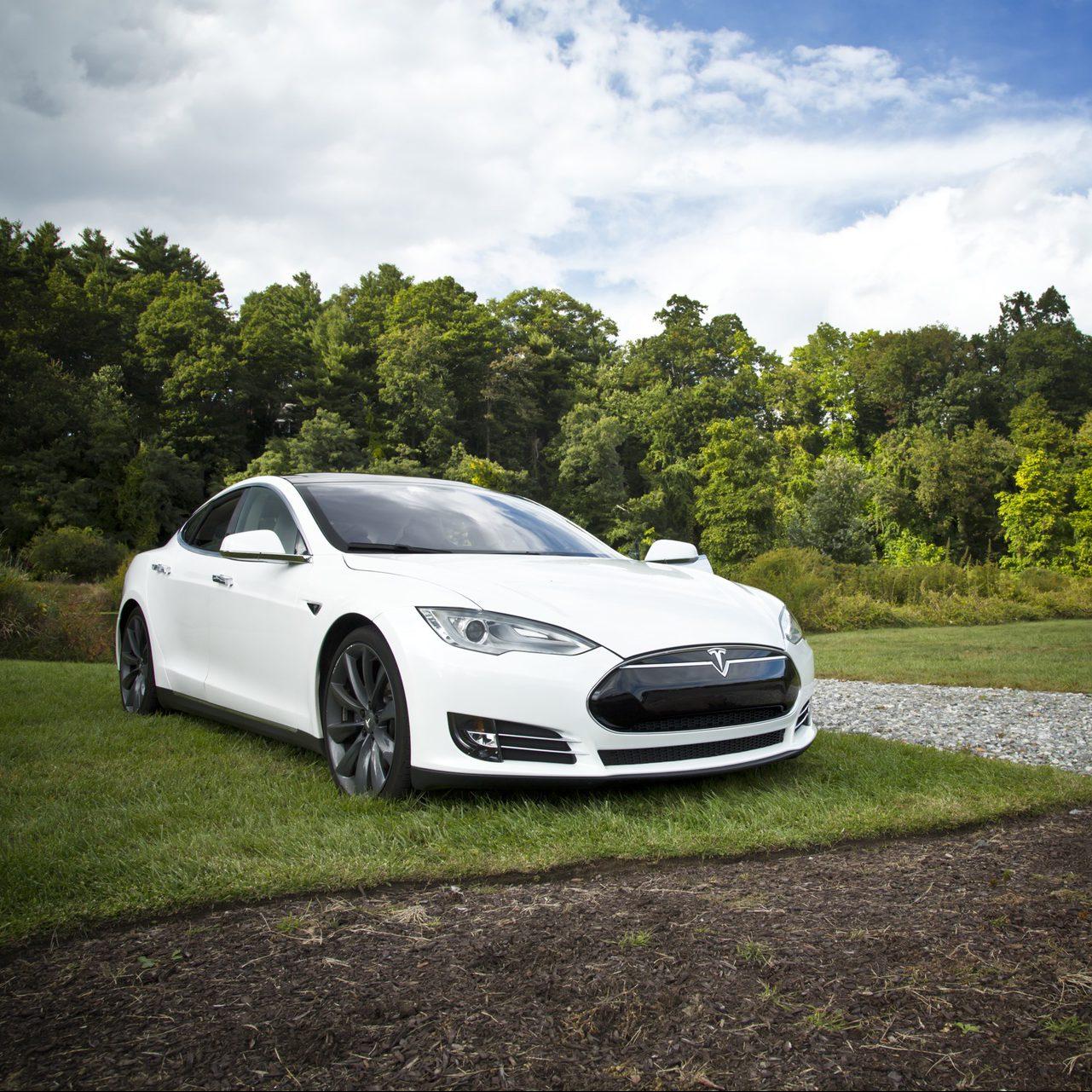 Tödlicher Tesla-Unfall: Irrtümer und Rechtsfolgen