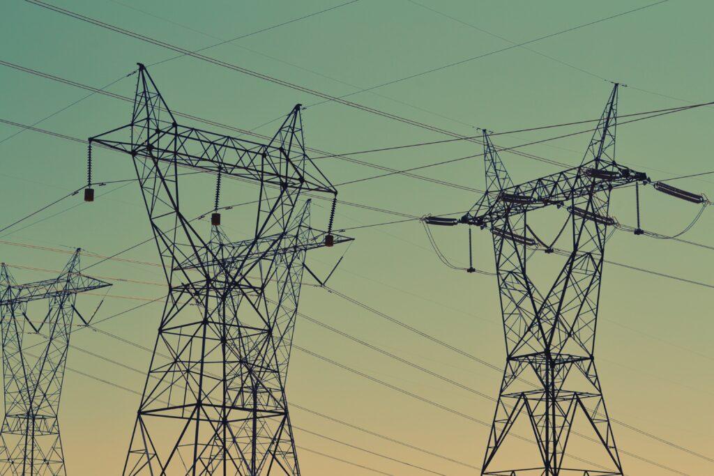 Stromleitungen [Quelle: pexels/snapwire]